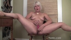 Blonde amateur squirting Thumb