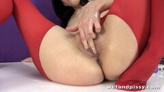 Amateur plays with her wet pussy Thumb