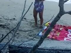 Hot girl chatte rasée à la plage de nudistes pour le black friday Thumb